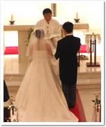 結婚式をあげる二人